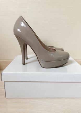 Туфли лаковые нюдовые на высоком каблуке