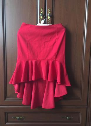 Эффектная красная юбка со шлейфом, рюши