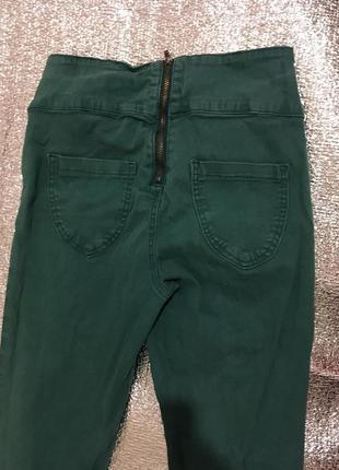 Модные джинсы сзади молния