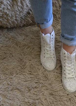 Белые кружевные ботиночки на каблуки