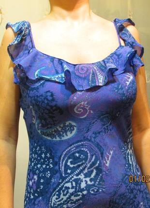 Очаровательное сиреневое платье с узором