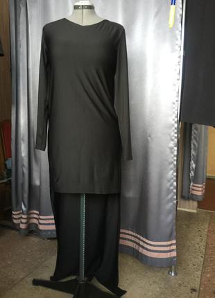 Черное платье-фрак эффектное глянцевое в пол, спереди короче