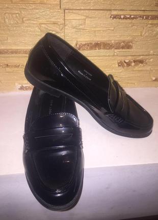 Стильные лаковые туфли лоферы