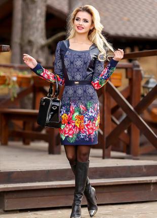 Синее платье с цветочным принтом