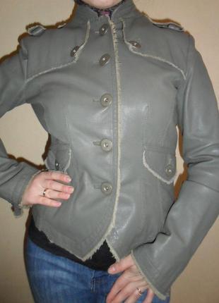 Стильная зеленая кожаная курточка косуха