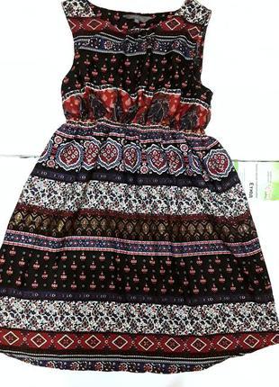 Легкое платье с интересным принтом.