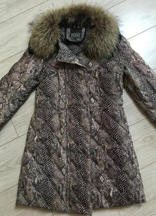 Фирменная пуховая куртка с мехом енота