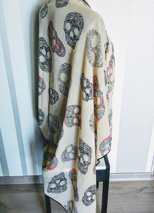 Клевый тонкий бежевый огромный шалевый шарф палантин в черепах с черным кантом