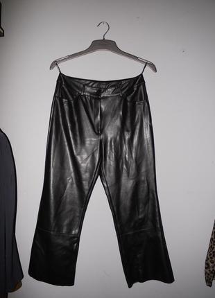 Укороченные штаны morgan из эко кожи .  сверху в обтяжку ниже колена слегка клеш .