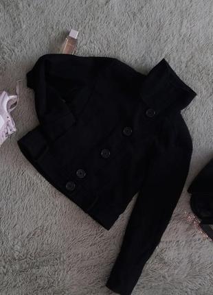 Коротеньке чорне пальто в дуже хорошому стані!