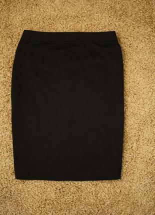 Прямая тонкая коттоновая юбка, сзади декоративный замочек, идёт на l