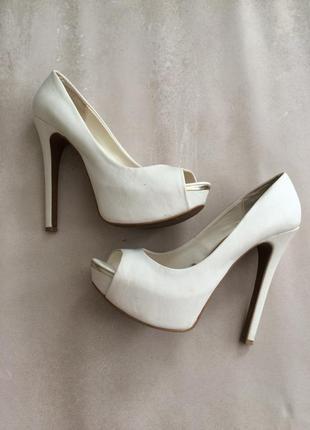 Свадебные белые туфли stradivarius