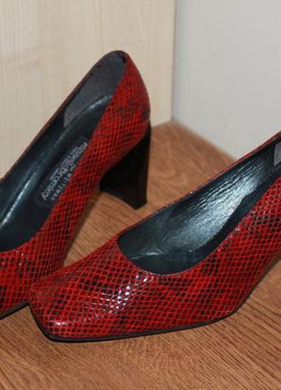 Красные кожаные туфли .