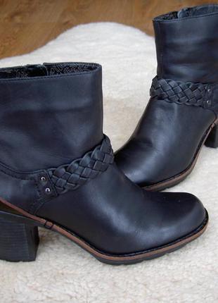 Кожаные ботинки clarks на устойчивом каблуке