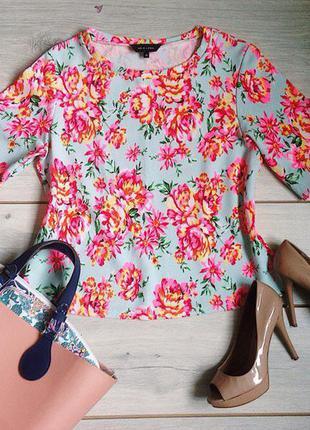Яркая блузка с цветочным принтом