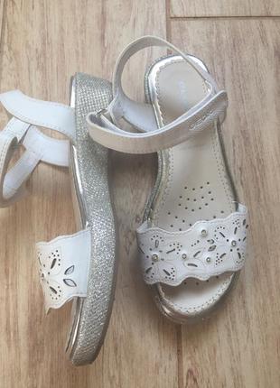 Белые кожаные босоножки. летние босоножки