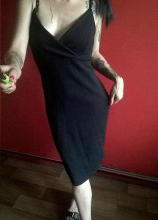 Красивое черное платье миди с глубоким вырезом
