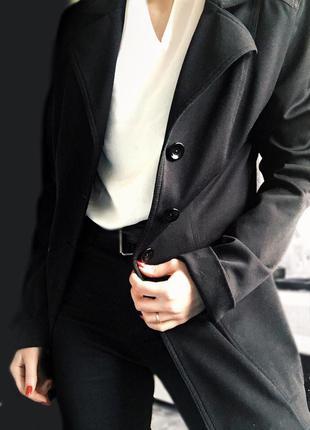Удлиненный черный пиджак от бренда zara