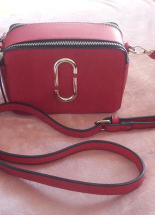 Стильная сумочка красного цвета