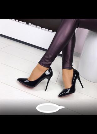 Шикарные чёрные лаковые туфли-лодочки на шпильке, красная подошва