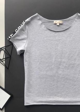 Стильная серая футболка с надписью на рукавах /нашивками /лампасами
