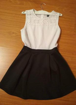 Платье с кружевами без рукав ,с пышной юбкой
