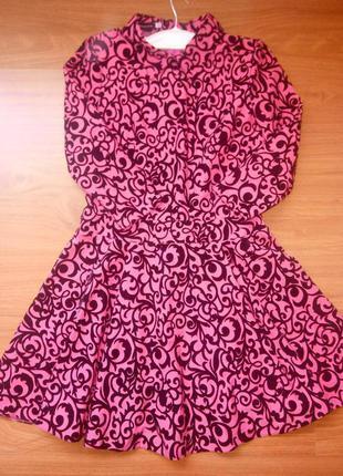 Красивое короткое платье с вилюровыми узорами