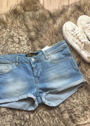 Короткие джинсовые шорты. голубые шорты