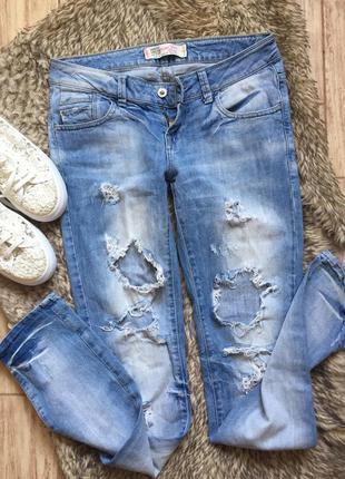 Голубые джинсы. джинсы с дырками. рваные. летние. светлые джинсы 17b54abce0697