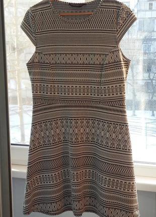 Весеннее платьице известного бренда в графический рисунок наш 46-48р