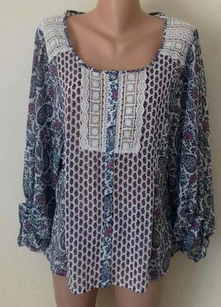 Красивая блуза с принтом и кружевом