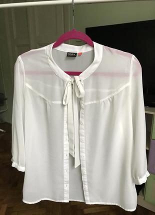 Біла шифонова блузка