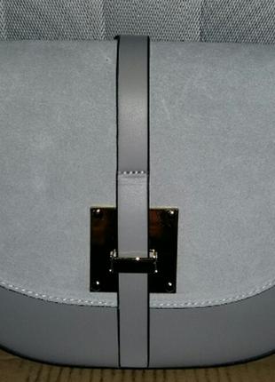 Элегантная женская кожаная сумка-седло (италия) светло- серая1 фото