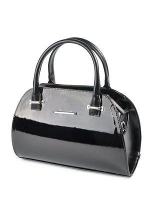 Черная лаковая сумка саквояж небольшого размера с ремешком через плечо