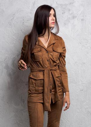Женский замшевыq брючный костюм c  поясом