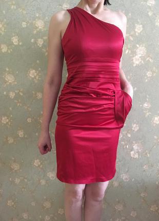 Красное платье на одно плечо