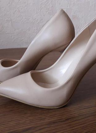 Классические бежевые туфли на шпильке