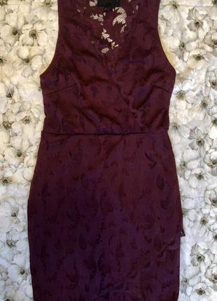Сукня з розрізом на коліні