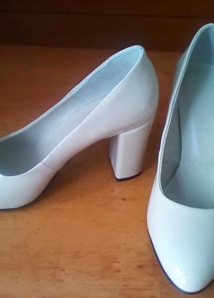 Трендовые туфли-лодочки .натуральная лаковая кожа.