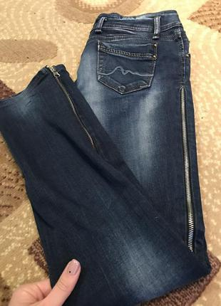 Оригинальные джинсы с молниями по бокам