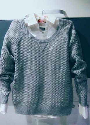Серый свитер с блестящей нитью