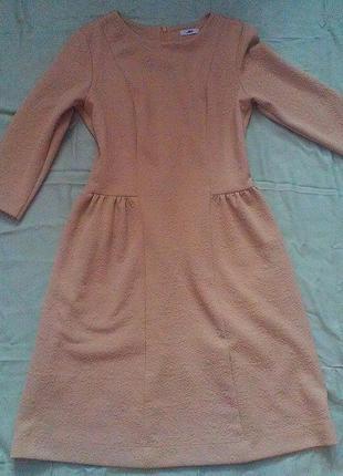 Платье прилегающего силуэта с расклешенной юбкой