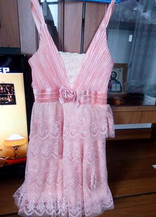 Кружевное платье персикового цвета