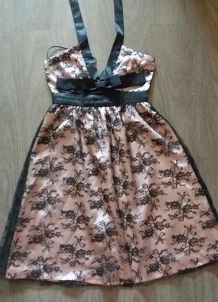 Нежное розовое платье с кружевом