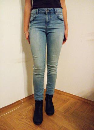 Высокие фирменные джинсы