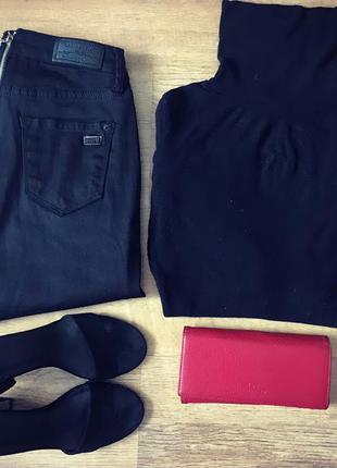 Черные джинсы с молнией сзади