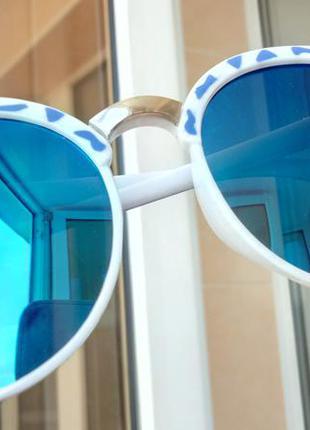 Синие зеркальные солнцезащитные очки, белая оправа