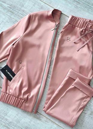 Стильный атласный костюм пудровый розовый бомбер брюки облегающие