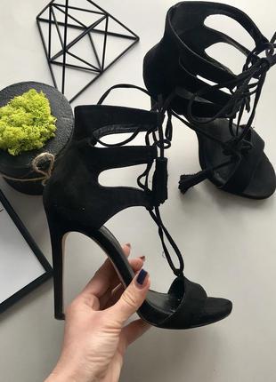 Шикарные замшевые чёрные босоножки с шнуровкой на высоком каблуке