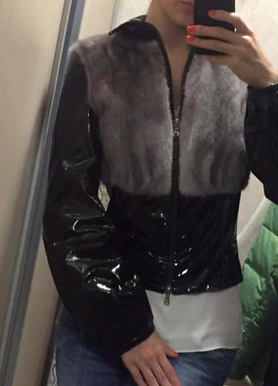 Лаковая виниловая латекс куртка с мехом норки.